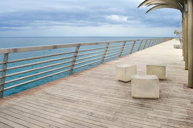 曇りの日の地中海の堤防。