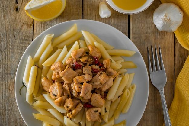 Средиземноморская кухня - паста пенне и вкусная курица в сливочном соусе
