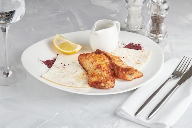 Средиземноморский ужин из филе лосося на гриле, светлый фон