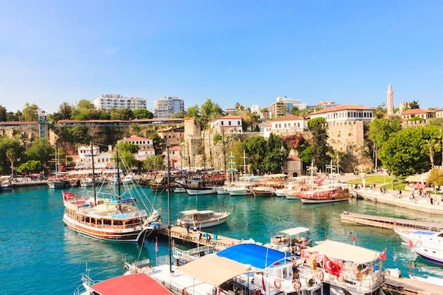 Средиземноморский пейзаж в анталии. вид на горы, море, яхты и город