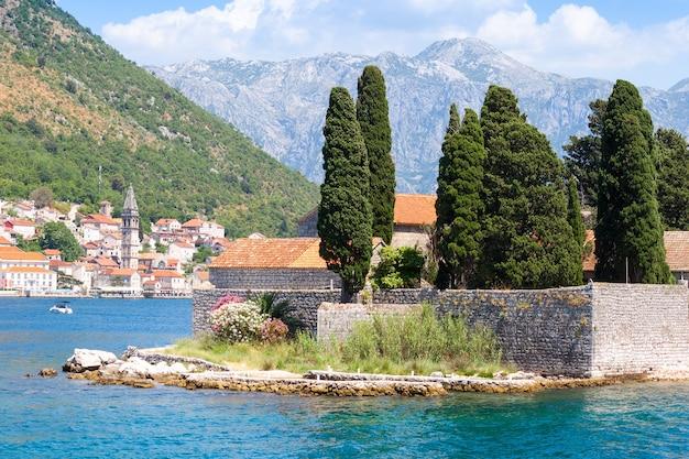 Средиземноморский пейзаж. остров святого георгия недалеко от пераста, которский залив, черногория