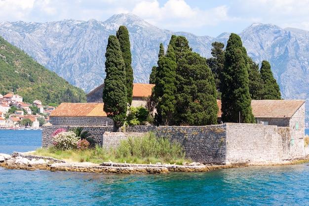 地中海の風景。モンテネグロ、コトル湾、ペラスト近くのセントジョージ島