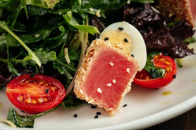 Средиземноморский салат нитзард с жареным тунцом
