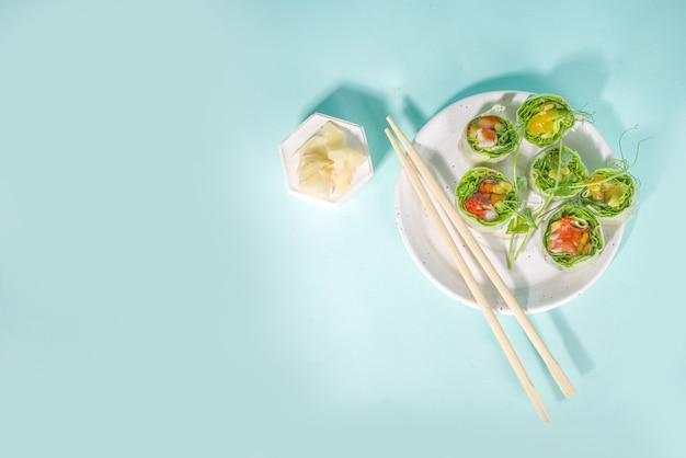 地中海、北欧、ケトダイエットのコンセプト。ご飯なしの寿司、シーフードとダイエット食品、野菜。