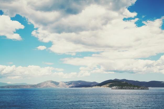 地中海。澄んだ暗い青い水。ギリシャの風景。