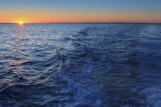 地中海の夕日の地平線オレンジ太陽
