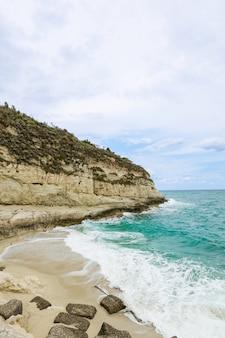 Tropea 근처 해안 여름 날 calabrian 해변에 지중해 바다 푸른 바다 바위
