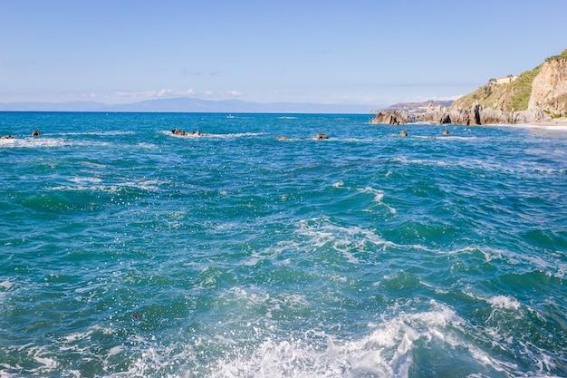 지중해 바다, 푸른 바다, 해안 바위, 여름 날. 칼라브리아 해변