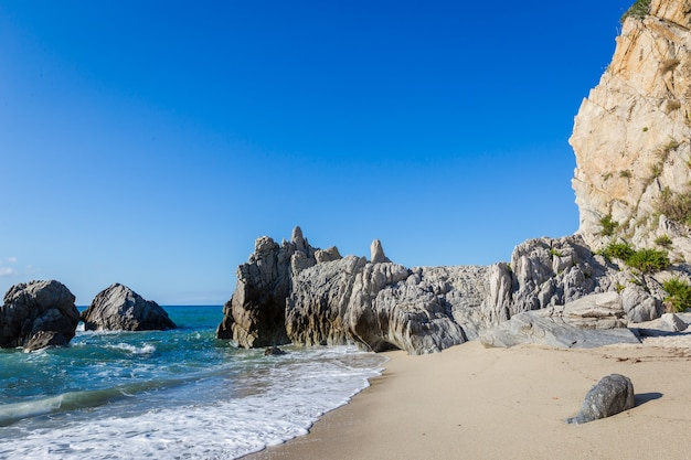 지중해 바다, 푸른 바다, 해안 바위, 여름날