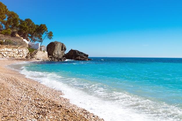 해변과 바다에있는 바위와 지중해 바다 경치