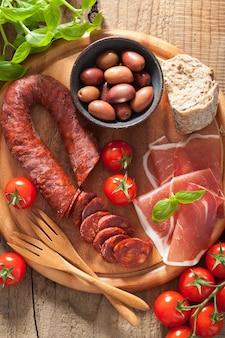 Средиземноморская закуска чоризо парма оливки помидоры