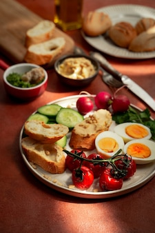 Завтрак в средиземноморском стиле на тарелке