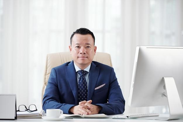 비즈니스 잡지를 위해 포즈 수석 관리자의 매체 근접 촬영 photo