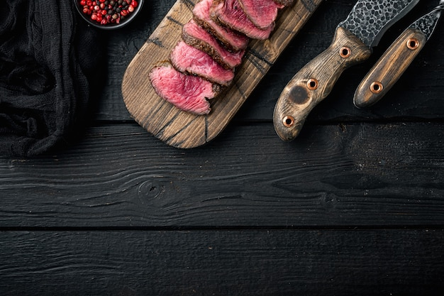 중간 희귀 건조 숙성 쇠고기 스테이크 구이 및 슬라이스