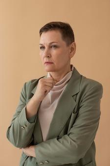 Средний снимок портрета взрослой женщины