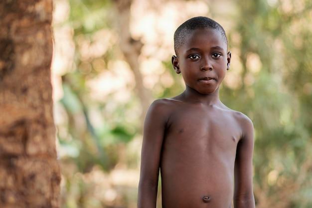 중간 샷 아프리카 소년 야외
