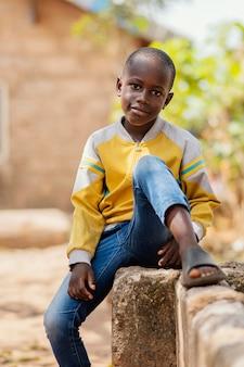 중간 샷 아프리카 소년 밖에 포즈