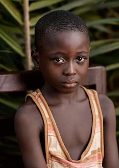 ミディアムショットアフリカの子供ポーズ