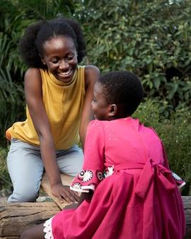 ミディアムショットのアフリカの女性と子供