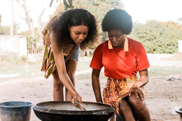 ミディアムショットのアフリカの女性の料理