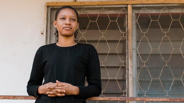ミディアムショットのアフリカの若い女性