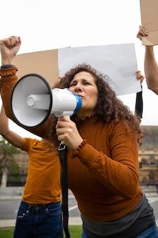 抗議でミディアムショットの怒っている人々