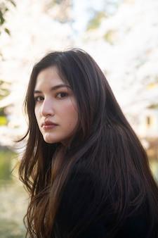 Donna asiatica a tiro medio in natura