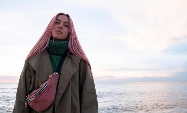 중간 샷 해변에서 아름다운 여자