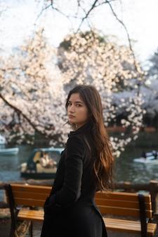 公園でミディアムショットの美しい女性
