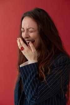 ミディアムショットの美しい女性が笑っている