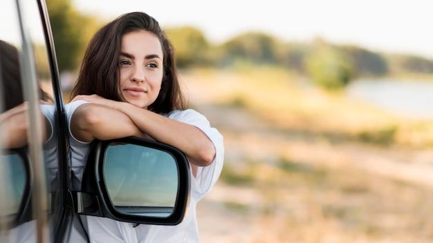 Средний снимок красивая женщина позирует