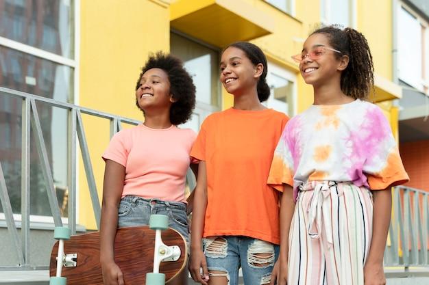 屋外でミディアムショットの黒人の女の子