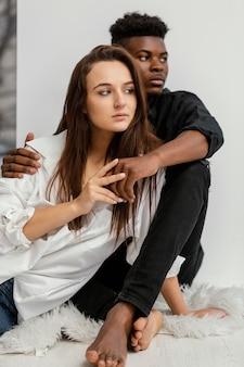 Colpo medio uomo nero e donna bianca