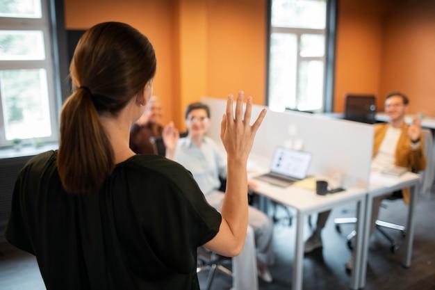 Persone sfocate inquadratura media al lavoro