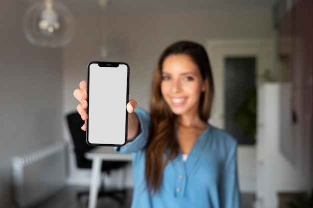 Средний снимок размыто женщина, держащая телефон