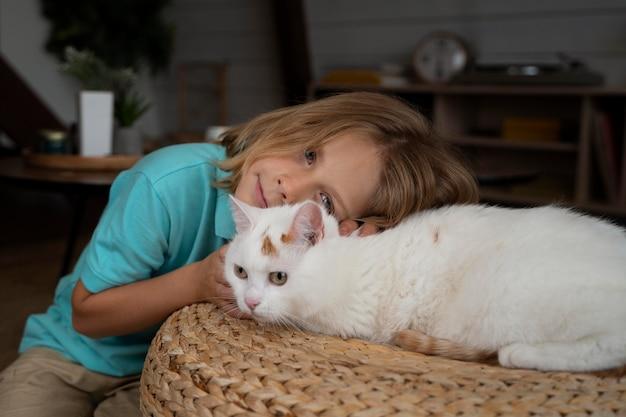 Мальчик среднего роста и милый кот Бесплатные Фотографии