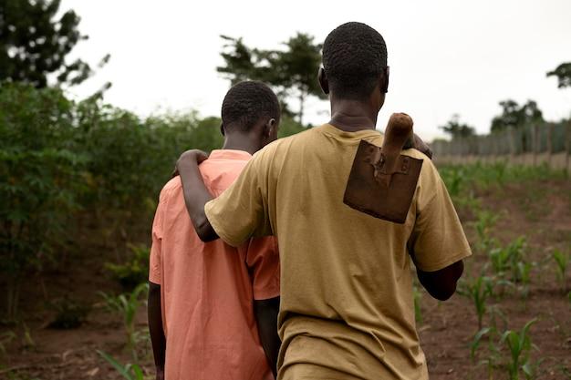 Средний план мальчик и отец гуляют вместе