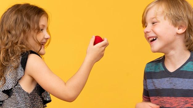 Средний план мальчик и девочка играют вместе