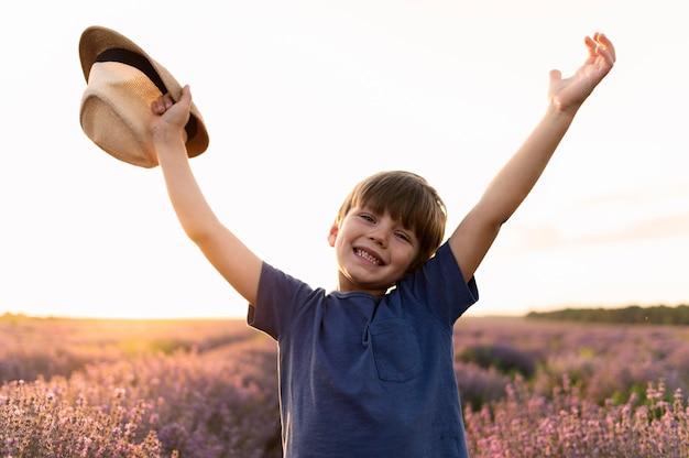 Средний выстрел мальчик держит шляпу