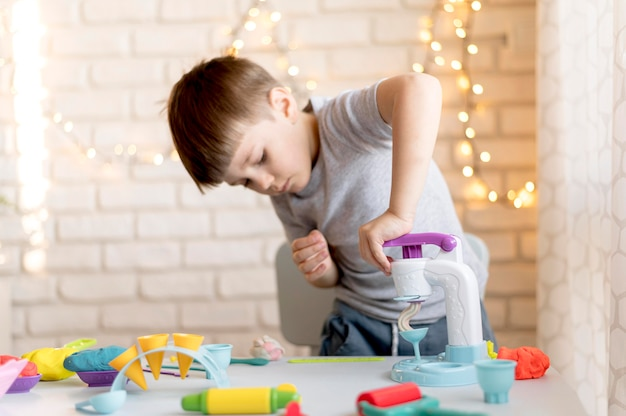 マシンで遊ぶミディアムショットの少年