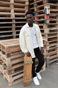 Ragazzo di tiro medio con lo skateboard