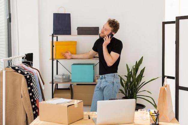 Colpo medio uomo d'affari sul telefono