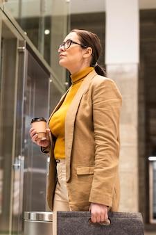 중간 샷 비즈니스 여성 가방