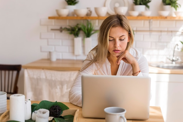 Donna impegnata colpo medio che lavora