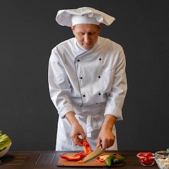 Шеф-повар средней порции нарезки болгарского перца