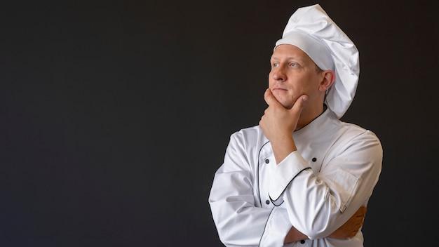 Шеф-повар среднего кадра думает с копией пространства