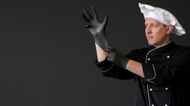 手袋をはめたミディアムショットシェフ