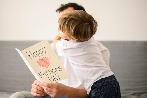 Средний снимок ребенка с отцом