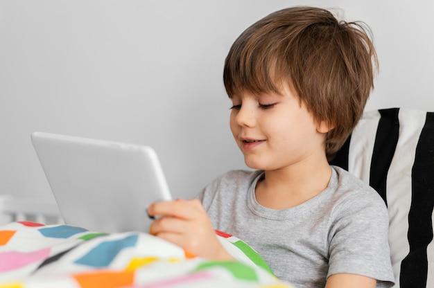 중간 샷 아이 쥠 태블릿