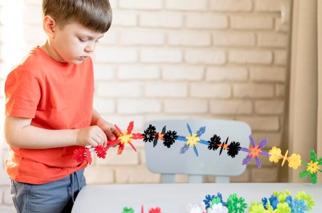 Средний выстрел ребенка с цветочной игрушкой